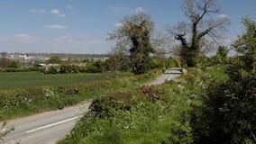 Strada della campagna e fondo verdi di industriale video d archivio