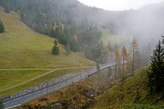 Strada della collina in tempo nuvoloso Immagine Stock Libera da Diritti