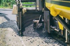 Strada della costruzione con la macchina del lastricatore dell'asfalto Fotografia Stock