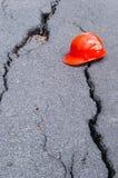 Strada della crepa e cappello di sicurezza Fotografie Stock