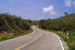 Strada della curva con gli azzurri Fotografie Stock Libere da Diritti