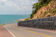 Strada della curva con la vista del mare Fotografie Stock