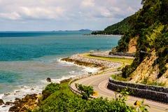 Strada della curva con la vista del mare Fotografia Stock
