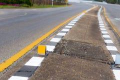 Strada della curva e marcatura reflextive Fotografia Stock Libera da Diritti