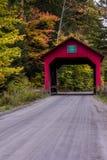 Strada della ghiaia e del ponte coperto - autunno/caduta - il Vermont Fotografia Stock Libera da Diritti