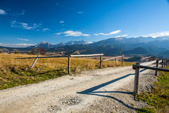 Strada della ghiaia in montagne Fotografia Stock