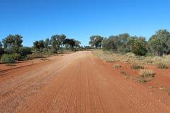 Strada della ghiaia nell'entroterra australiana fotografia stock