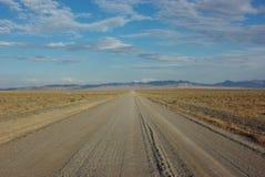 Strada della ghiaia nella regione selvaggia Immagine Stock