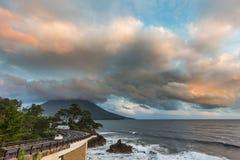 Strada della linea costiera con il Mt Kaimon nel tramonto, Kagoshima, Giappone Fotografia Stock