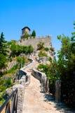 Strada della montagna al castello Fotografie Stock Libere da Diritti