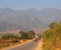 Strada della montagna al giorno piovoso con le nuvole Immagine Stock Libera da Diritti