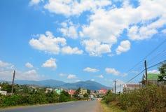 Strada della montagna al giorno piovoso con le nuvole Fotografia Stock Libera da Diritti