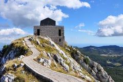 Strada della montagna al mausoleo antico Bello paesaggio scenico Scale al concetto di cielo fotografia stock libera da diritti