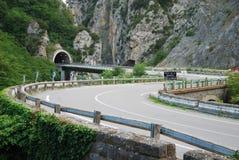Strada della montagna in alpi europee pittoresche. Fotografia Stock