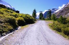 Strada della montagna in alpi svizzere Immagine Stock