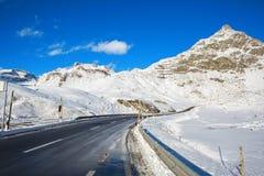 Strada della montagna in alpi svizzere al giorno di inverno soleggiato, Julier Pass, Graubunden, Svizzera Julier Pass - passo di  Fotografia Stock