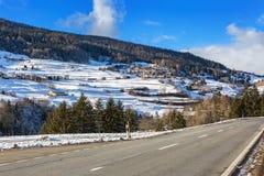 Strada della montagna in alpi svizzere al giorno di inverno soleggiato Valle di Engadine, Graubunden; La Svizzera Immagini Stock
