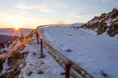 Strada della montagna, coperta in neve Immagini Stock
