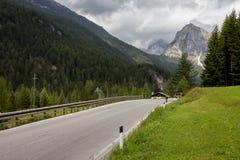 Strada della montagna dell'asfalto - dolomia - l'Italia Immagini Stock