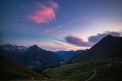 Strada della montagna della sporcizia che conduce al passaggio di alta montagna Immagini Stock Libere da Diritti