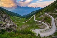 Strada della montagna della sporcizia che conduce al passaggio di alta montagna Fotografia Stock Libera da Diritti