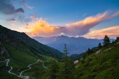Strada della montagna della sporcizia che conduce al passaggio di alta montagna Immagini Stock