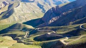 Strada della montagna di fotografia nel paesaggio dell'Iran durante il giorno fotografia stock