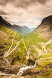 Strada della montagna di Trollstigen del percorso dei troll in Norvegia Immagine Stock