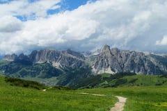 Strada della montagna di Unparved in valle verde Fotografia Stock Libera da Diritti