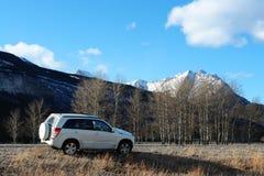 strada della montagna e del suv Immagine Stock