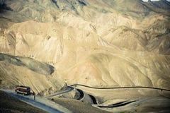 Strada della montagna in Himalaya. immagine stock