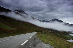Strada della montagna lungo un lago della montagna nelle alpi francesi Fotografie Stock