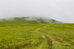 Strada della montagna nebbiosa Fotografia Stock Libera da Diritti