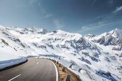 Strada della montagna nelle alpi Immagini Stock