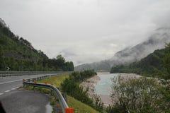 Strada della montagna nelle alpi italiane Immagine Stock