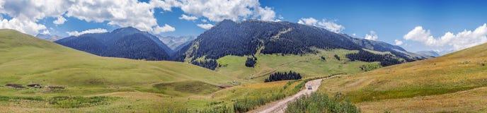 Strada della montagna sul plateau del Assy Regione del Kazakistan, Almaty Immagini Stock