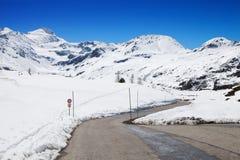 Strada della montagna in un giorno soleggiato Immagine Stock