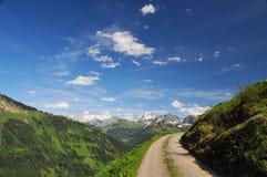 Strada della montagna in un paesaggio alpino di paesaggio Fotografie Stock Libere da Diritti