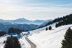 Strada della montagna vicino alla città in alpi, regione di Avoriaz di Portes du Soleil Fotografie Stock Libere da Diritti
