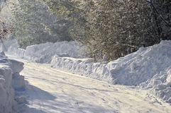 Strada della neve nel villaggio Fotografia Stock Libera da Diritti