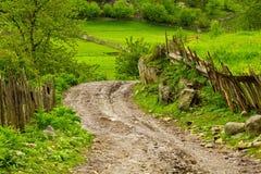 Strada della pietra in piccolo paesino di montagna in Georgia Fotografie Stock