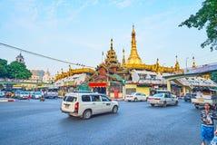 Strada della rotonda a Sule Pagoda, Rangoon, Myanmar immagine stock