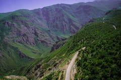 Strada della serpentina della montagna di estate, Armenia, Tatev Immagini Stock