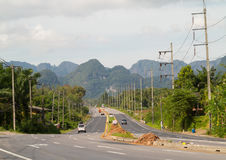 Strada della strada principale con le montagne paesaggio, Tailandia Immagine Stock