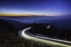 Strada della strada principale nella montagna ad esposizione lunga crepuscolare a Inthan Fotografia Stock Libera da Diritti