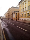 Strada della via di Mosca una bella costruzione gialla Fotografia Stock