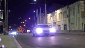 Strada della via di sera nella città archivi video