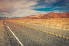 Strada desolata attraverso Death Valley immagini stock