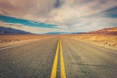 Strada desolata attraverso Death Valley fotografia stock libera da diritti