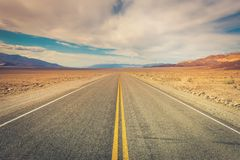 Strada desolata attraverso Death Valley immagini stock libere da diritti